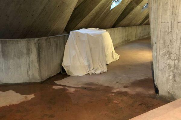 De nombreuses flaques d'eau jalonnent l'intérieur de l'église Notre-Dame de Royan