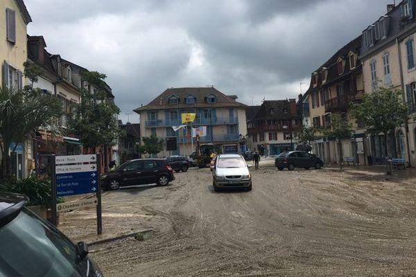 Les rues de Salies du Béarn étaient couvertes de boues après les inondations (illustration)