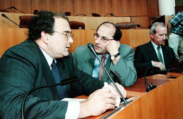 Pierre Chaubon sur les bancs de l'hémicycle au coté de Paul Giacobbi en 2000, dix ans avant le rapprochement entre les deux hommes. Au second plan, Nicolas Alfonsi.