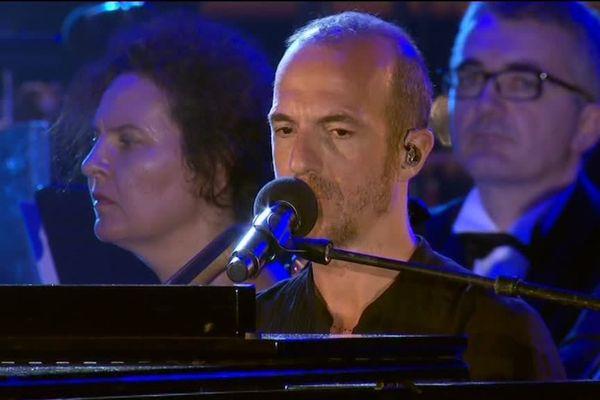 """Calogero interprète sa chanson """"Les Feux d'Artifice"""" pour la soirée-hommage des commémorations de l'attentat du 14 juillet à Nice."""