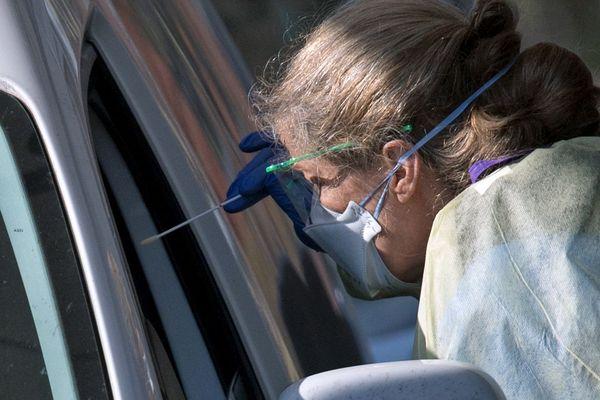 Les drive-tests permettent de tester les soignants présentant des symptômes du Covid-19 tout en limitant les contacts humains (image d'illustration).