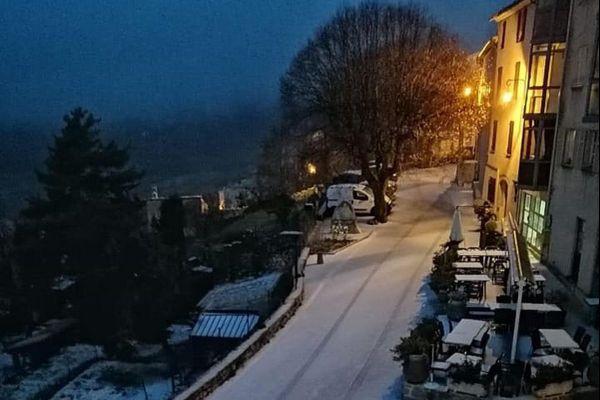 La neige s'est invitée en début de soirée à Coursegoules.