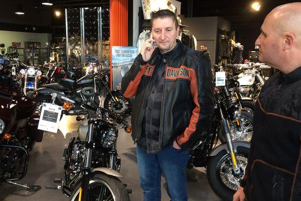 Vendredi 8 décembre les motards du Puy-de-Dôme s'organisaient pour rendre hommage à leur manière à leur idole Johnny Hallyday