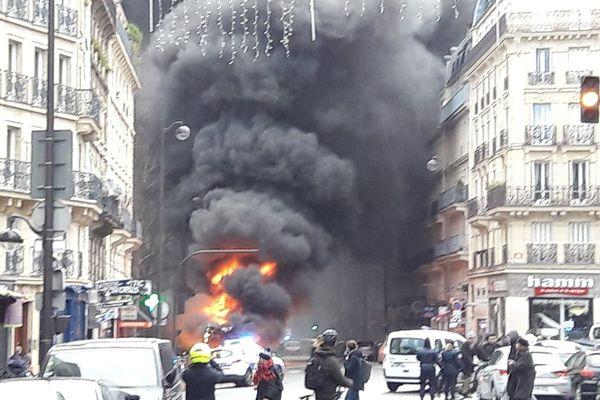 Un bus prend feu, rue des Ecoles, à Paris, le 16 janvier 2018.