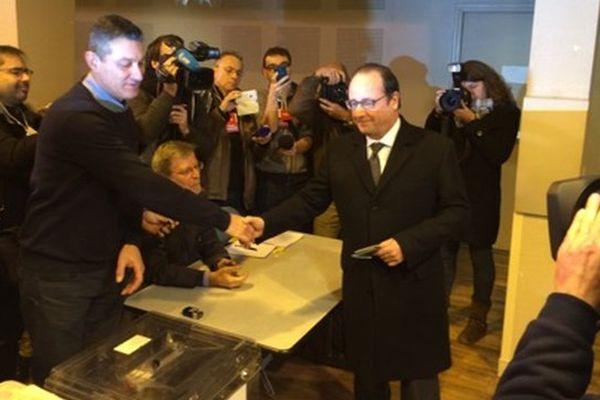 François Hollande a déposé son bulletin dans l'urne vers 10 heures 30 ce dimanche 13 décembre 2015