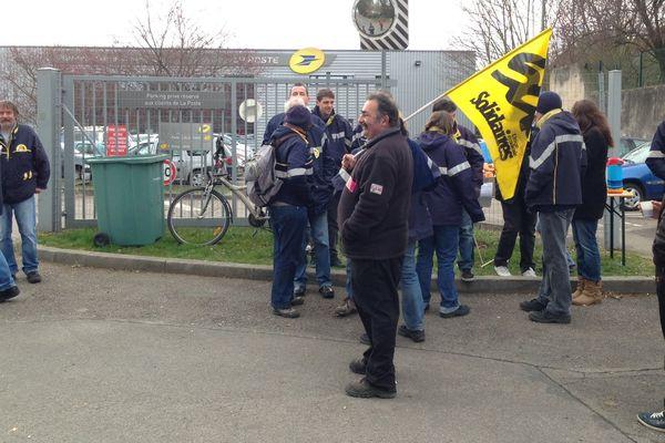 Des salariés du centre de tri de Nancy en grève jeudi 26 mars.