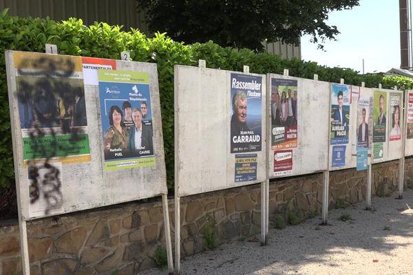 Des affiches du candidat Régis Cailhol, tête de liste divers gauche pour les élections départementales sur le canton des Monts Réquistanais ont aussi été arrachées et recouvertes de peinture noire.
