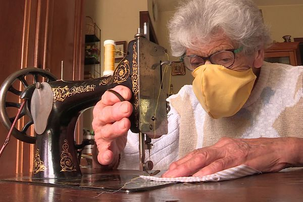 Rosina en action sur sa machine à coudre des années 30