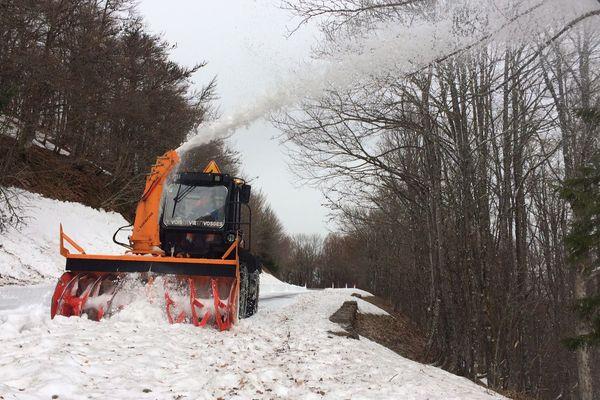 Les derniers kilomètres sont en cours de déneigement avant la prochaine réouverture de la route des crêtes.