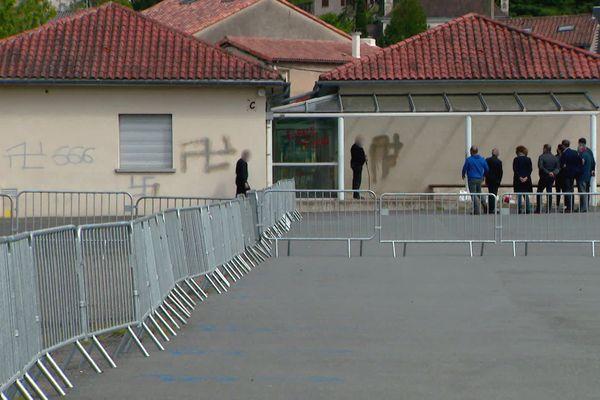 Des croix gammées étaient encore visible cet après-midi sur les murs du collège.