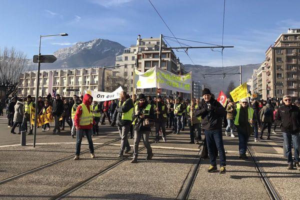 Environ 5400 personnes ont défilé à Grenoble selon la préfecture