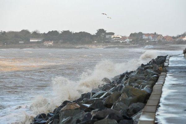 """Le littoral de Charente-Maritime est placée en vigilance jaune """"vagues-submersion""""."""