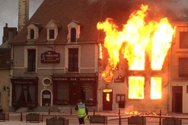 """L'incendie de l'hôtel """"Au Normandy"""" a été très violent (photo amateur)"""