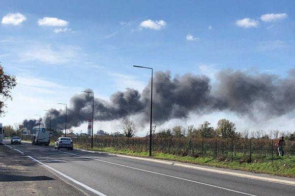 L'incendie a provoqué une épaisse fumée, visible à des kilomètres.