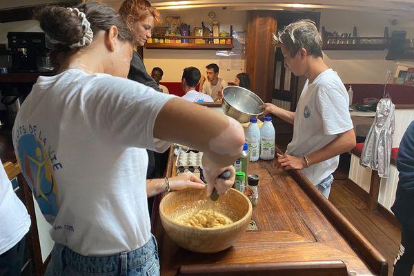 Chaque jour, les jeunes matelots préparent les repas ensemble