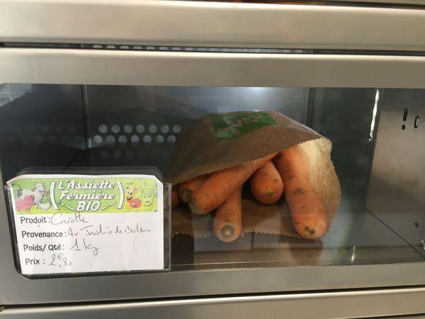 Une vente au détail, voir, à l'unité dans ces cases fraîcheur à disposition, des légumes bio en vente direct.