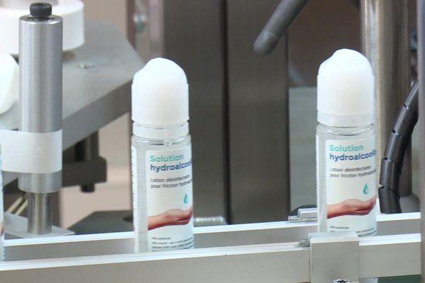 Des flacons de gel hydroalcooliques que les chaînes de Lips France
