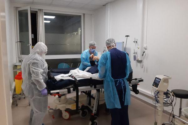 9 mars 2020, service des urgences de Mulhouse - Les médecins prennent en charge un malade, la réserve sanitaire a été appelée en renfort l'hiver dernier pour faire face à l'épidémie.