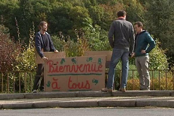 Certains habitants de la Chapelle-sur-Vire ont affiché publiquement ce dimanche leur soutien aux migrants