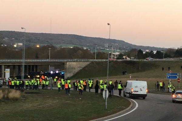 Dimanche 18 novembre en fin d'après-midi, l'A31est à nouveau fermée dans les deux sens de circulation. Intervention des CRS.