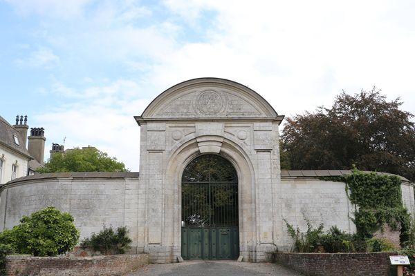 Le portail de l'entrée principale du château