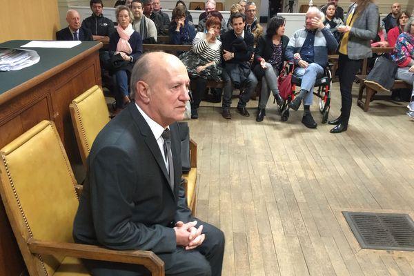 L'ex-député Jean Gravier comparaissait libre, il a demandé pardon à sa victime.