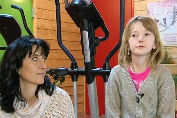 Frédérique et sa maman dans la salle de kiné où la petite fille se rend deux fois par semaine.