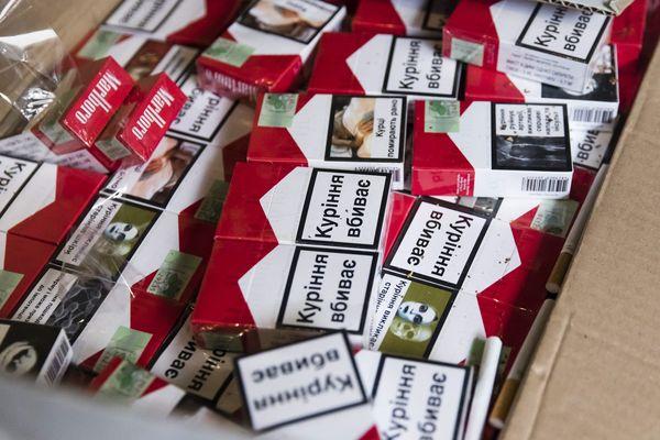 Des paquetss de cigarettes de contrefaçon, image d'illustration.
