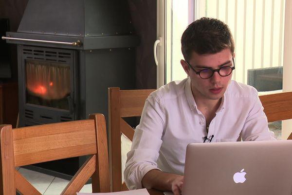 Dylan poursuit ses études également