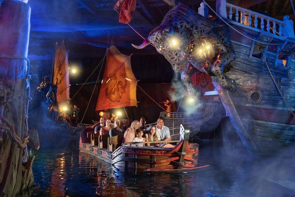 Seize personnes peuvent prendre place sur chacun des 18 bateaux de l'attraction.