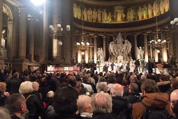 Plus d'un millier de personnes réunies à l'église de la Madeleine à Paris pour une messe en hommage à Johnny Hallyday.