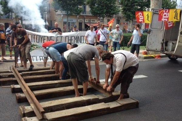 Les cheminots ont installé une voie ferrée devant la préfecture. Perpignan le 12 juin 2014.