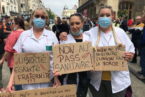"""""""Non au pass sanitaire"""", c'est le mot d'ordre qui a réuni près de 2000 manifestants à Reims ce samedi 17 juillet 2021. Avec en tête de cortège des soignantes du centre de soins d'Orgeval."""