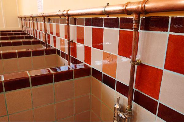 Les toilettes, les couloirs et la palissade sont les principaux lieux où l'on peut retrouver ce style art déco dans les deux écoles.