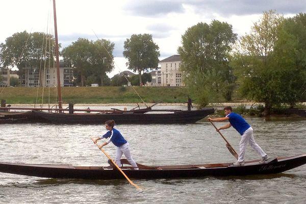 Une gondole de Venise parmi les barques de fleuve de France