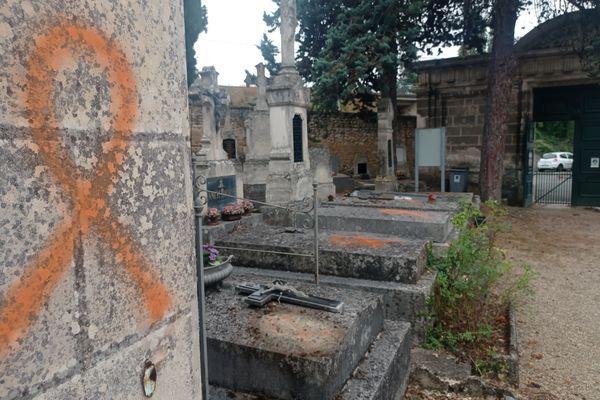Une cinquantaine de pierres tombales a été taguée dans le cimetière de l'hôpital des Champs de Poitiers, jeudi 16 septembre 2021.