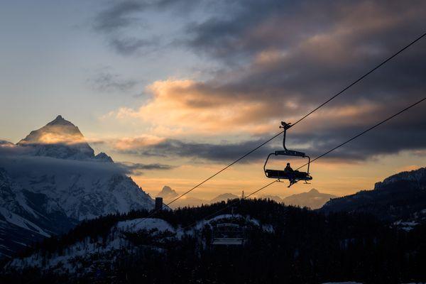 Un skieur sur un télésiège le 13 février 2021 à Cortina-d'Ampezzo, en Italie.