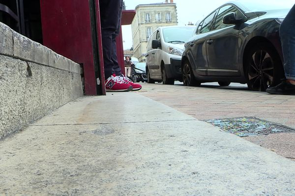Impossible d'installer une rampe d'accès à ce restaurant, le trottoir est trop étroit.