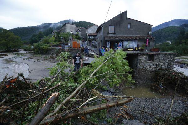 De nombreuses routes et ponts sont inondés. des centaines d'habitants sinistrés comme ici à L'Arboux.