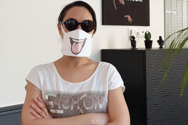 Le masque en papier cartonné ne contient ni élastique ni couture.