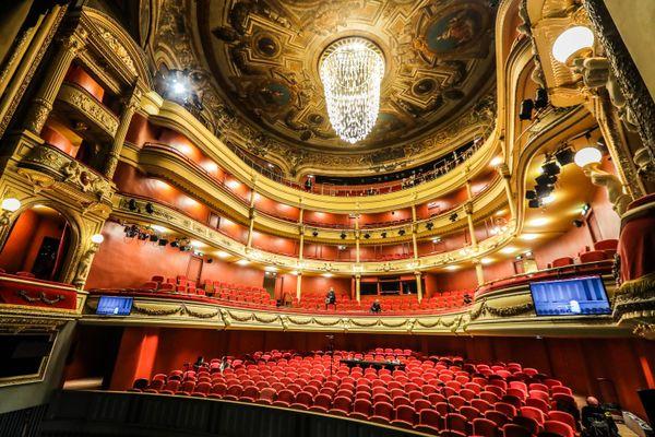 La salle à l'italienne de l'Opéra Grand Avignon a retrouvé la beauté de ses décors, en particulier les fresques de la coupole.