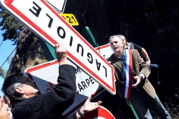 Le 19 septembre 2012, les habitants de la commune démontent symboliquement la plaque Laguiole.