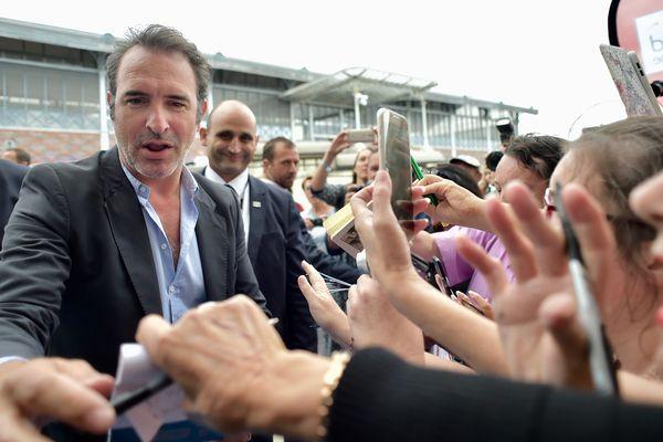 Jean Dujardin accueilli par ses fans à son arrivée à Angoulême.