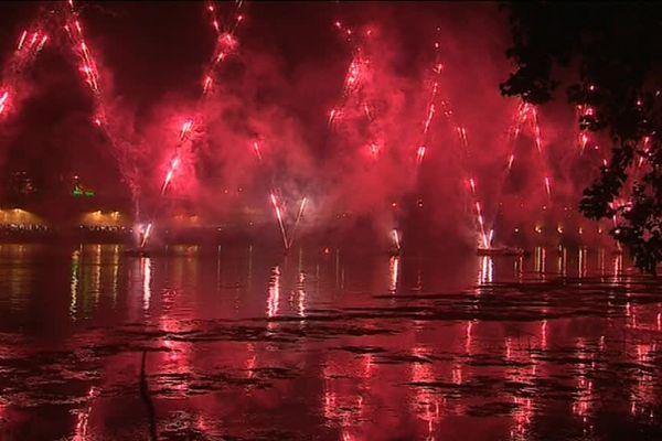 Tiré de barges sur la Garonne, le feu d'artifice a enflammé les rives et les eaux du fleuve.