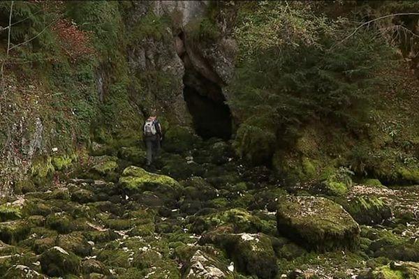 Depuis deux jours la source du Doubs, à Mouthe, est elle aussi victime de la sécheresse.