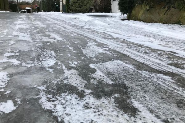 Voici l'état de certaines routes secondaires en bretagne ce vendredi 12 février au matin. Ici à Saint-Jacut-de-la-Mer dans les Côtes d'Armor