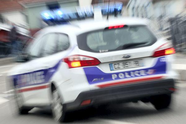 L'auteur des coups de couteau a été interpellé par la police.