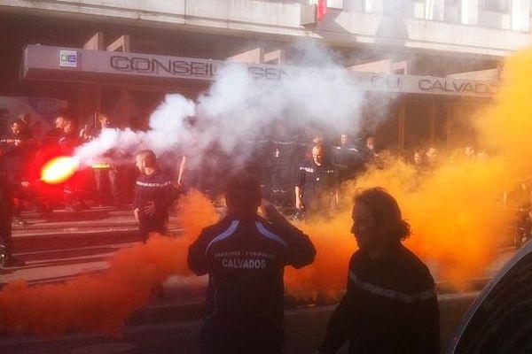 Manifestation des pompiers devant le Conseil général du Calvados, 26 septembre 2014