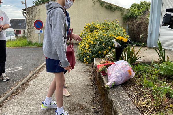 Des fleurs en hommage, au lendemain de l'agression d'une policière municipale blessée au couteau, au centre-ville de la Chapelle-sur-Erdre ( Loire-Atlantique)