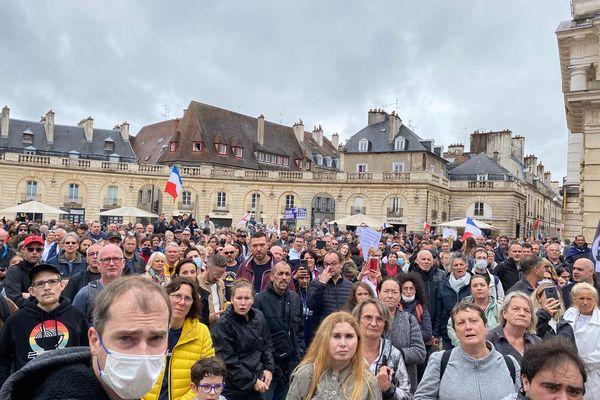 Les manifestants devant la mairie de Dijon, ce samedi 8 août 2021.